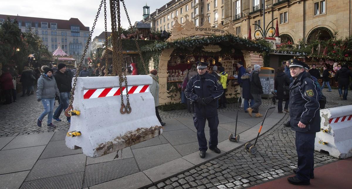 Barreras de hormigón para proteger un mercadillo navideño en Dresde.