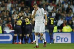 Benzema se lamenta tras el gol logrado por el Tottenham en el Santiago Bernabéu, el pasado martes.