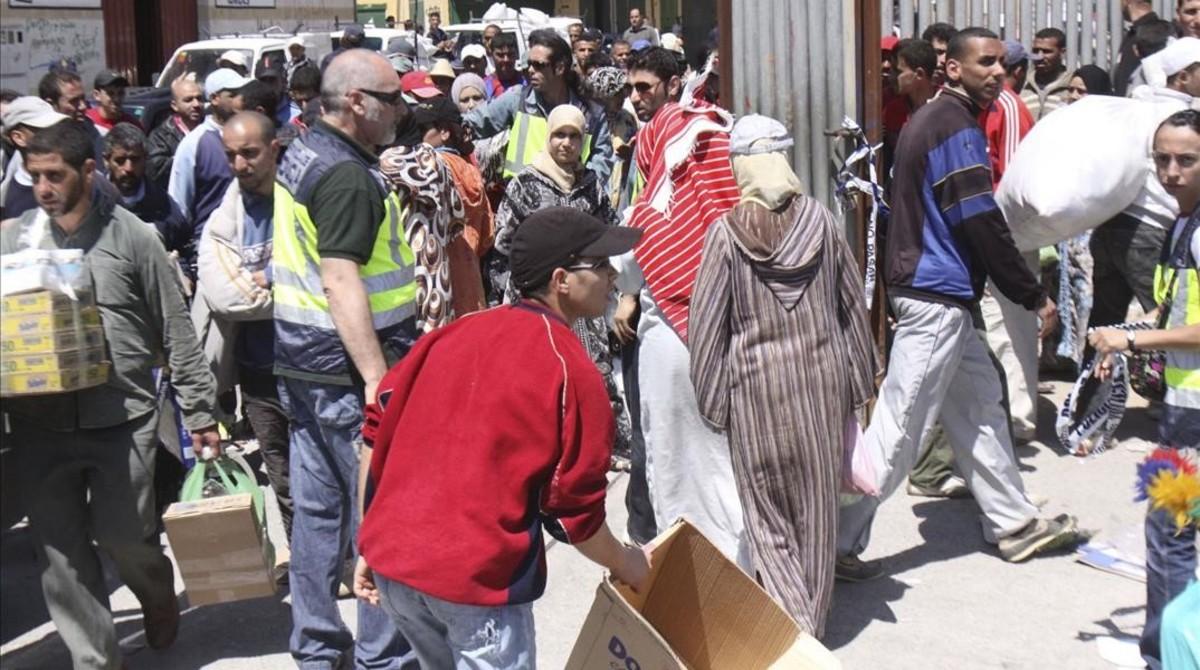 Porteadores en el paso fronterizo de Ceuta con Marruecos.