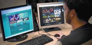 Un internauta navega per diverses webs dapostes esportives.
