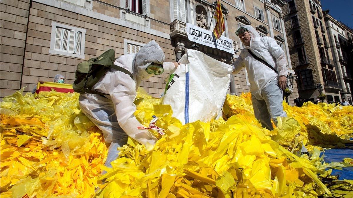 La brigadaEls Segadors del Maresme vuelva miles de lazos amarillos arrancados frente al Palau de la Generalitat.