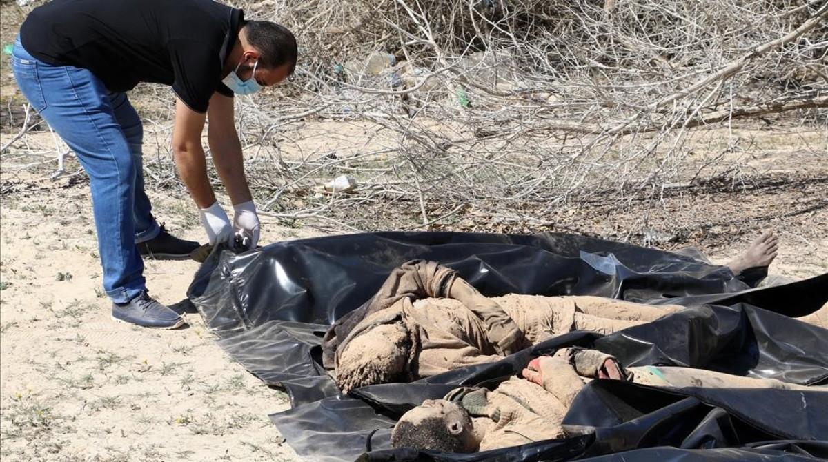Cadáveres de inmigrantes amontonados en la playa libia de Sabratha.