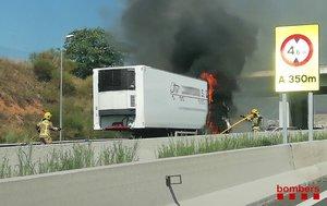 El camión incendiado este sábado en la A-2, en Abrera.