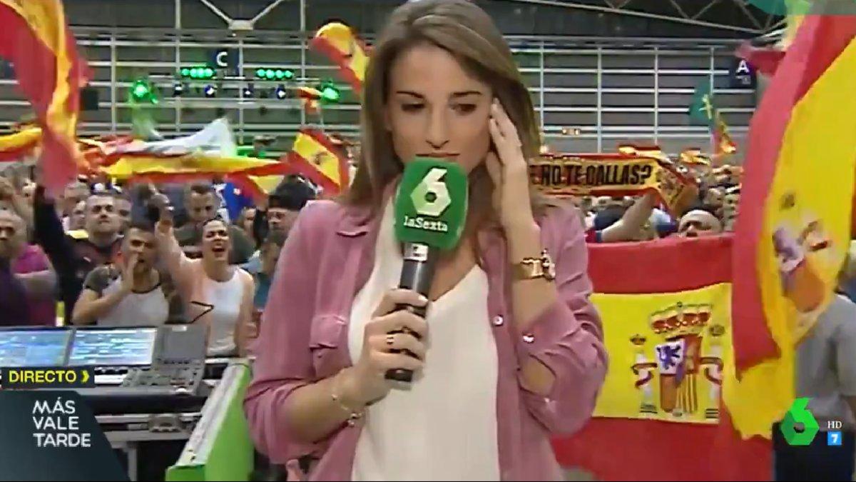 La reportera de laSexta Ángela Vera, abucheada e insultada en un mitin de Vox