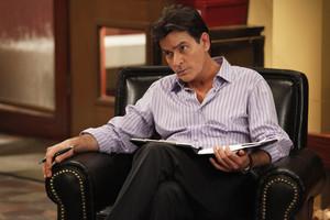 Charlie Sheen, en una escena de 'Terapia con Charlie'.