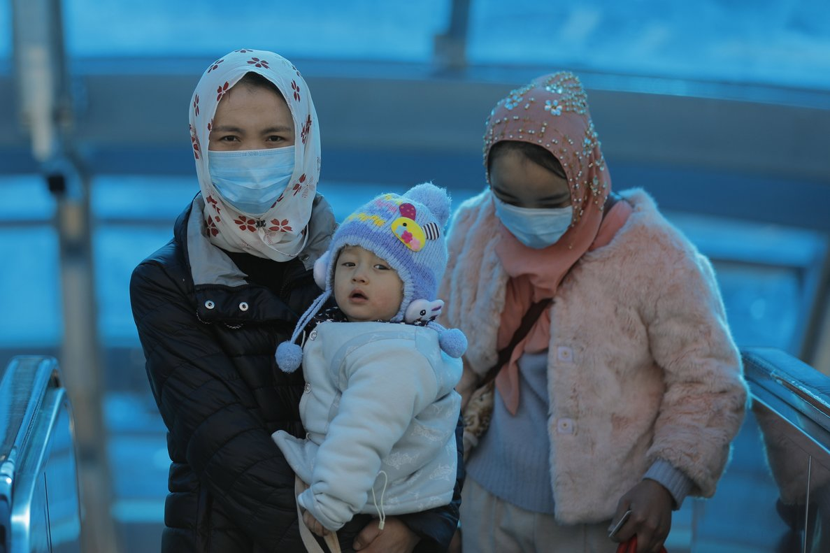 Beijing (China), 24/01/2020.- Chinese passengers wear masks at the Beijing railway station in Beijing, China, 24 January 2020. The outbreak of coronavirus has so far claimed 26 lives and infected more than 800 others, according to media reports. The virus has so far spread to the USA, Thailand, South Korea, Japan, Singapore and Taiwan. (Japón, Corea del Sur, Singapur, Tailandia, Estados Unidos, Singapur) EFE/EPA/WU HONG