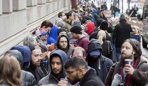Ciudadanos de Montreal hacen cola para comprar cannabis.