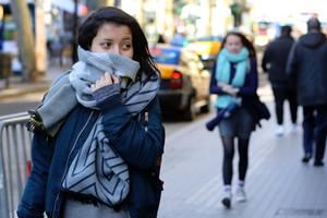 Ciudadanos pasean por Portal de lÀngel abrigados con gorros y bufandas, en una imagen de archivo.