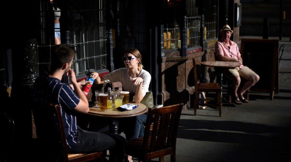 Ciudadanos en la terraza de un pub en Londres.