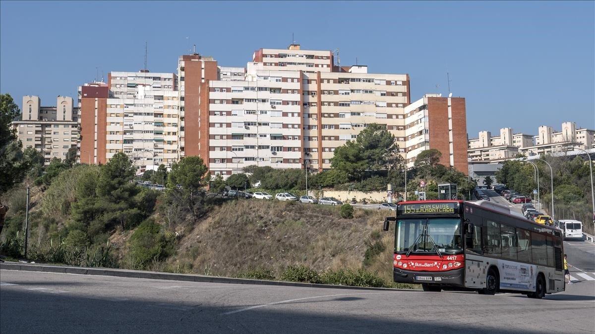 Un autobús, a su paso por Ciutat Meridiana.