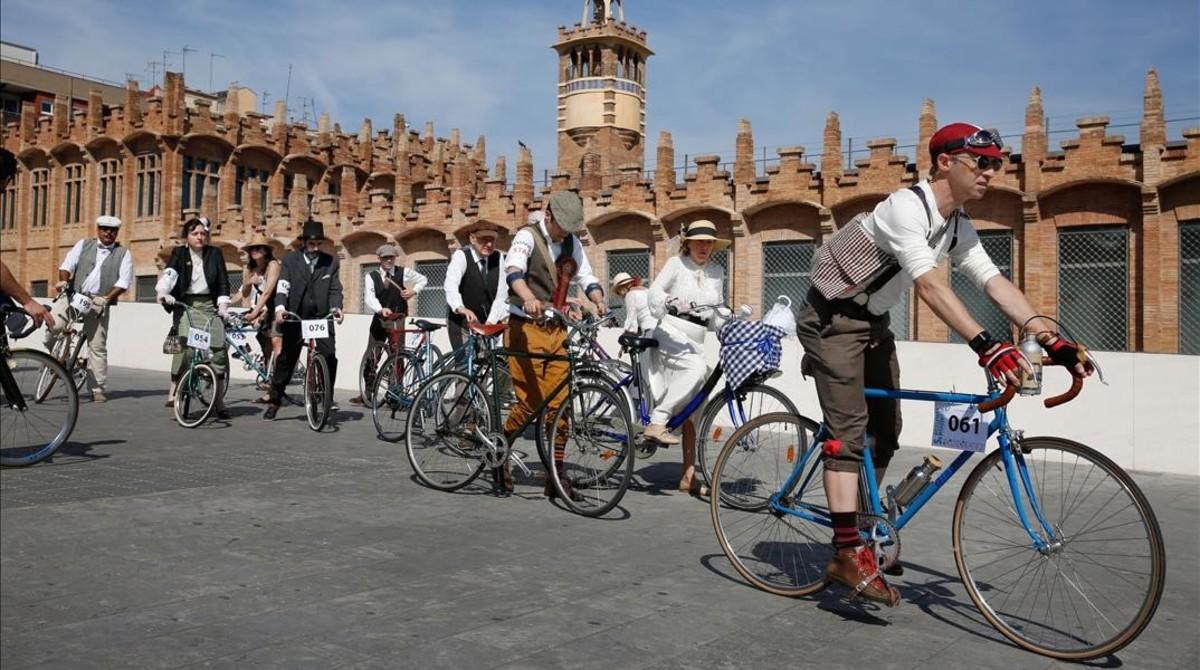 Participantes de la Bicicletada Modernista, el sábado junto a la antigua fábrica Casaramona, obra de Puig i Cadafalch.