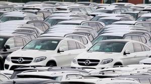 Coches Mercedes aparcados en el puerto de Bremerhaven, al norte de Alemania.