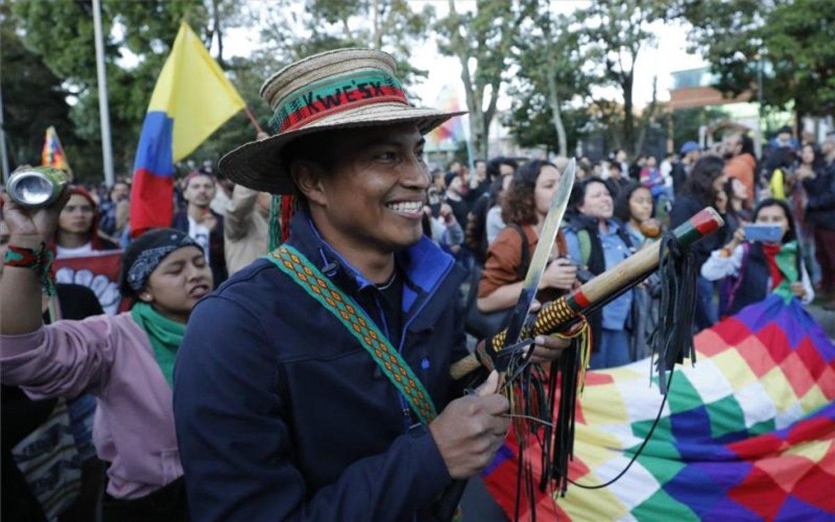 Indígenas colombianos participan en las protestas sociales.