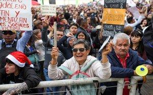 Colombianos protestan en las calles de Bogotá.