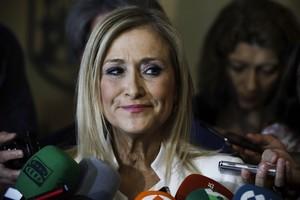 GRA096 MADRID 02 06 2017 - La presidenta regional Cristina Cifuentes responde a los medios a su llegada para comparecer en la comision de investigacion por corrupcion de la Asamblea de Madrid sobre los contratos de adjudicacion de la cafeteria del Parlamento en 2009 y 2011 EFE Emilio Naranjo