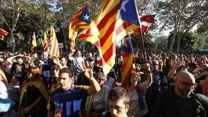 Concentración de apoyo al Govern y a la independencia de Catalunya en el paseo de Picasso.