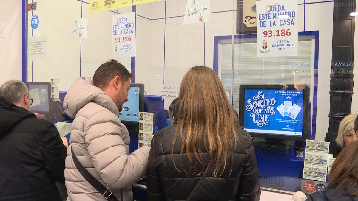 La Organización de Consumidores y Usuarios (OCU) ha lanzado una serie de recomendaciones para evitar problemas a la hora de compartir Lotería de Navidad.