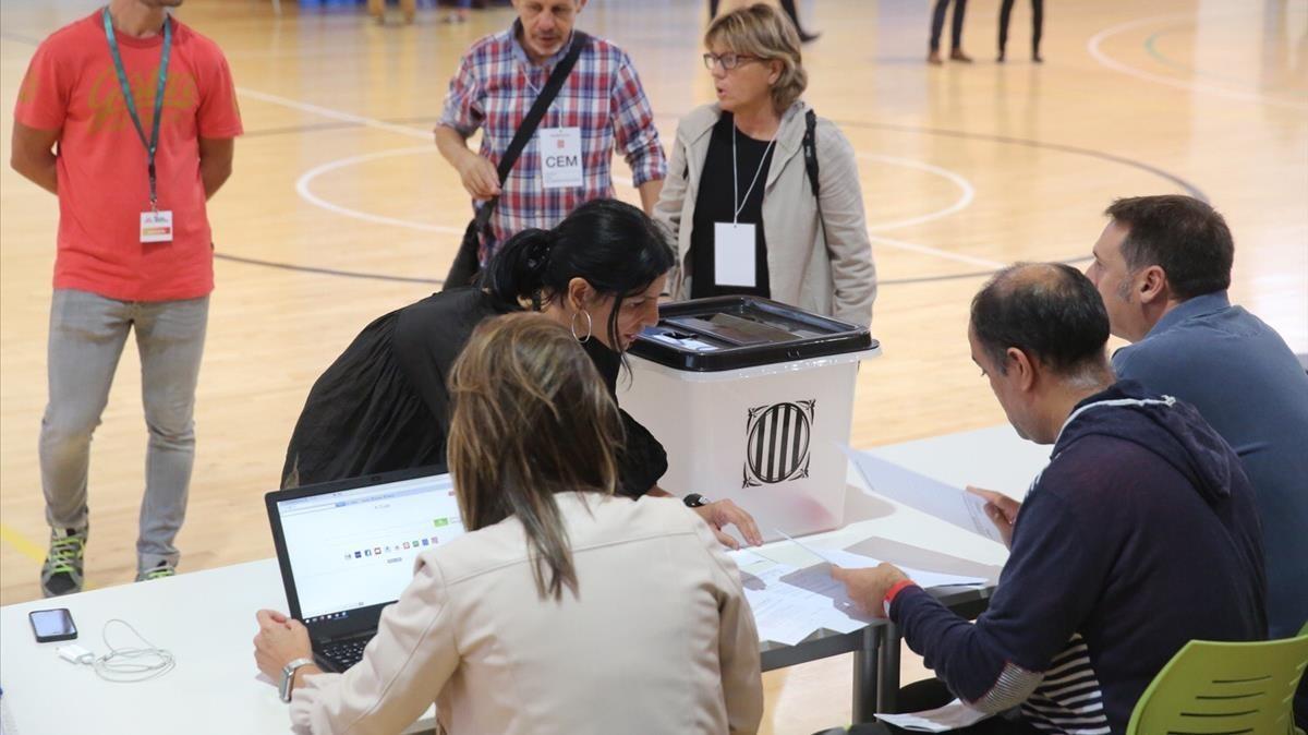 Constitución de la mesa donde votará el president Puigdemont, en Sant Julià de Ramis.