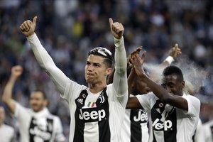 Cristiano saluda después de un partido de la Serie A de la Juventus, líder en Italia