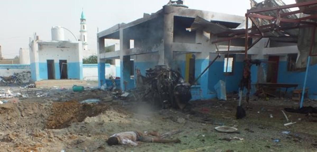 Un cuerpo sin vida yace junto al hospital de Médicos Sin Fronteras bombardeado en Yemen.