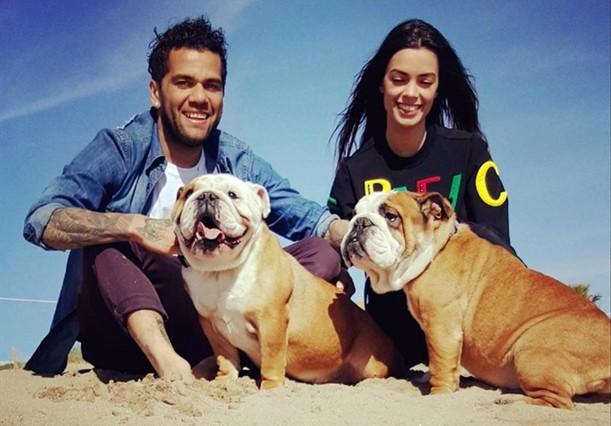 Dani Alvés, de vacaciones con su novia.
