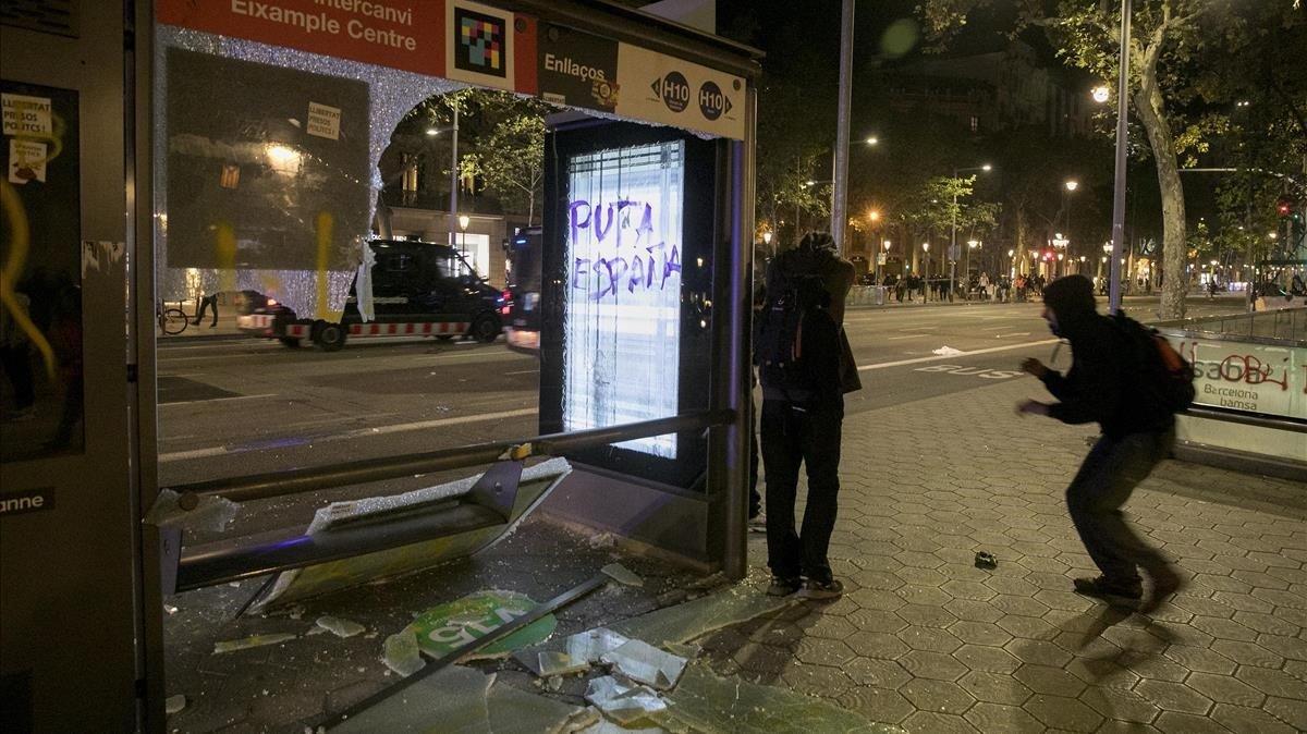 Mobiliario urbano roto durante la manifestación independentista de ayer en Jardinets de Gràcia.