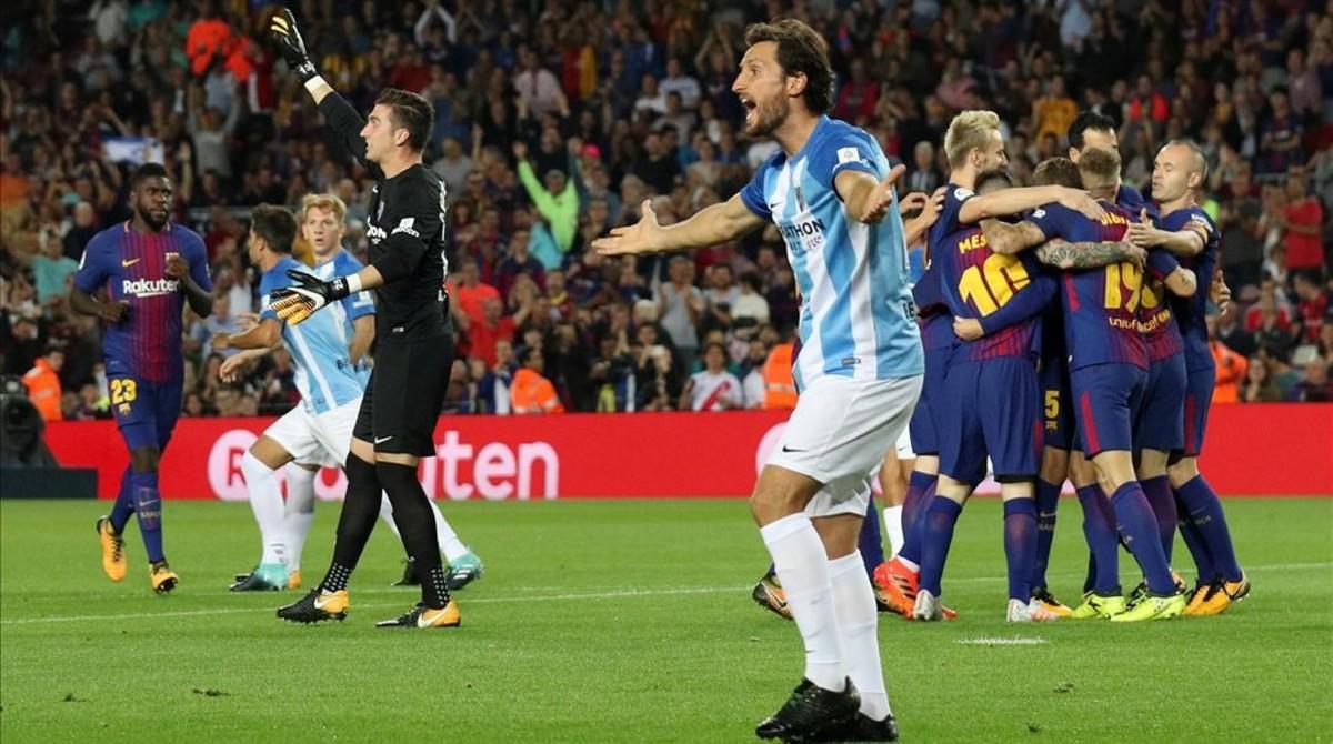 Deulofeu y sus compañeros celebran el polémico 1-0.