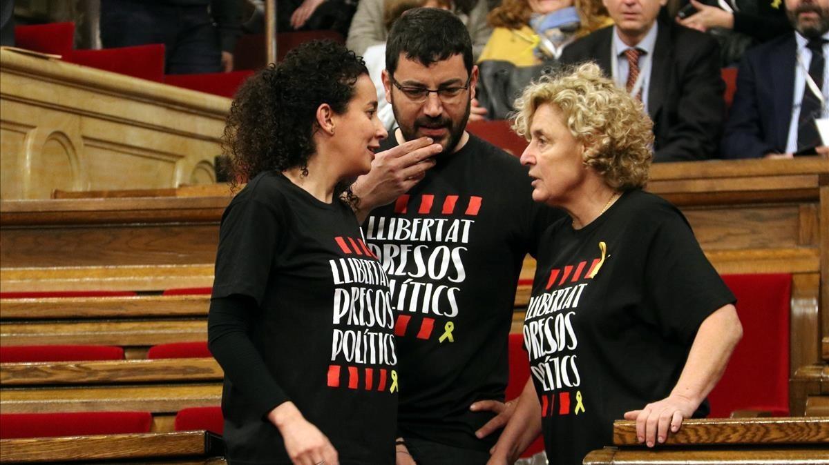 Diputados independentistas con camisetas a favor de la liberación de los presos políticos.