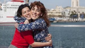 La directora Roser Aguilar (derecha), abraza a la actriz Laia Marull en el festival de Málaga, donde han presentado Brava.