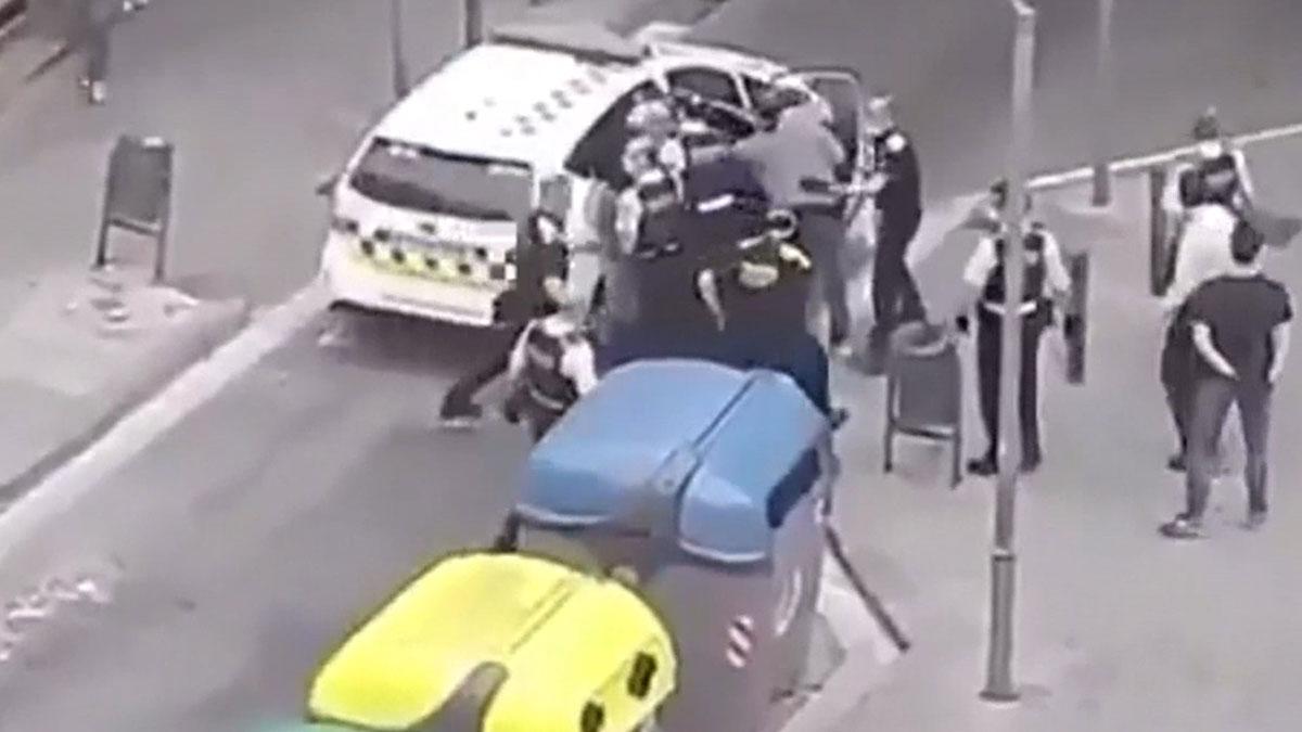 Dos detenidos y dos Mossos heridos en una pelea multitudinaria en Badalona.