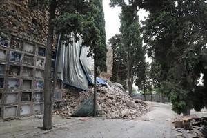 Edificio de nichos derrumbado en el cementerio de Monjuïc.