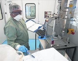 Un empleado en los laboratorios de Almirall.