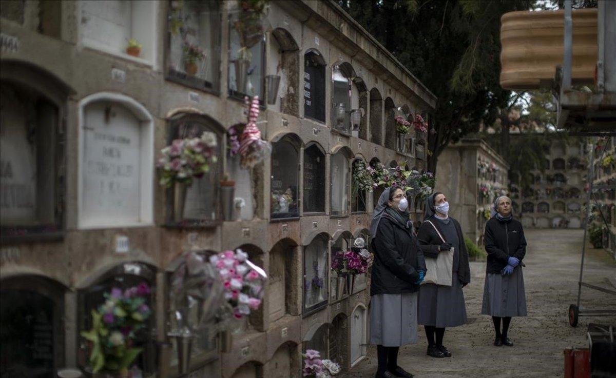 Entierro de un fallecido por coronavirus en el cementerio de Poblenou, en Barcelona.