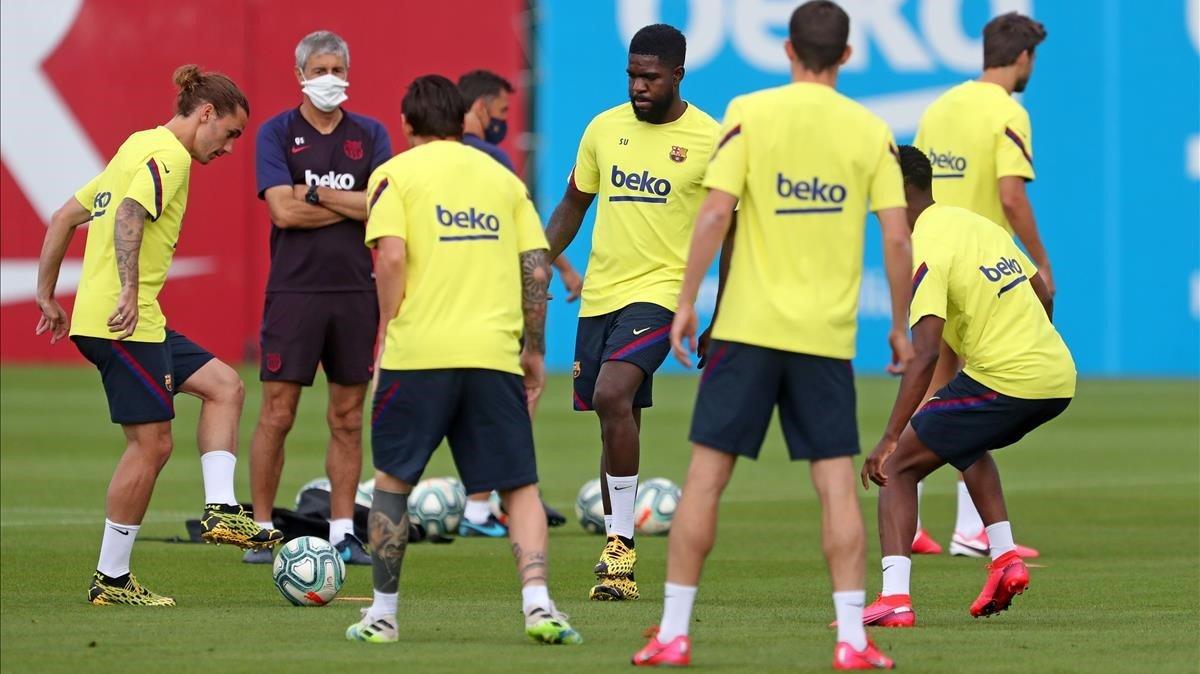 Un entrenamiento del Barcelona, con Quique Setién, de frente, con mascarilla.