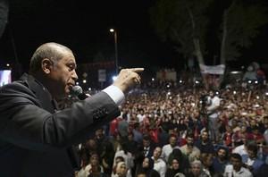 Erdogan se dirige a sus seguidores, ayer, en Estambul.