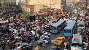 Escena de vida callejera en el distrito de al-Attaba, cerca del centro de El Cairo, el 12 de diciembre.