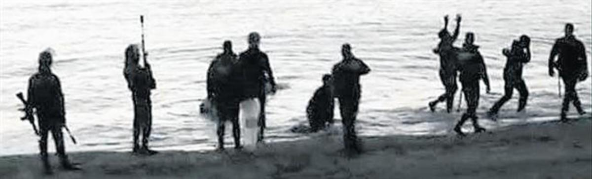 El escenario.Imágenes del reportaje en las que se ve la playa del Tarajal y la llegada de inmigrantes frente a los policías españoles.
