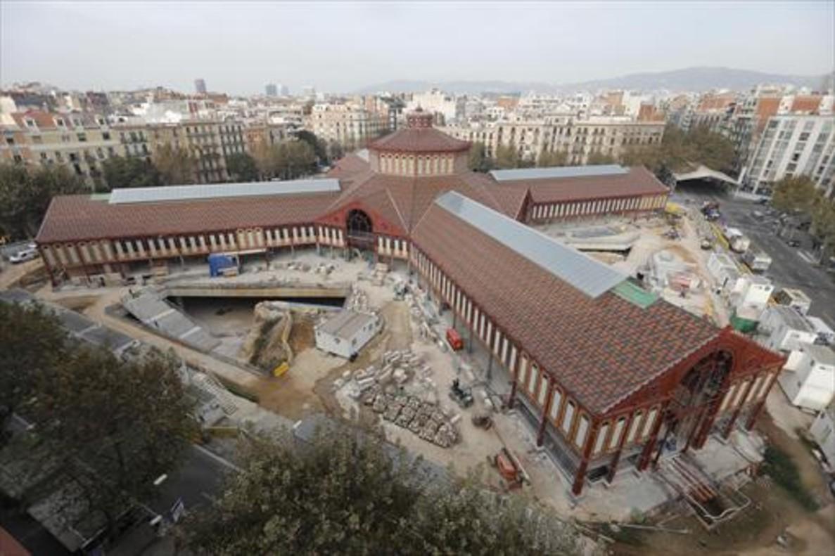 Esperando la inauguración del Mercat de Sant Antoni