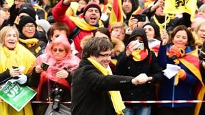 El expresidente Carles Puigdemont saluda a la multitud congregada en Bruselas.