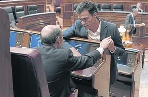 El exvicepresidente del Gobierno Alfredo Pérez Rubalcaba conversa con su sucesor como secretario general del PSOE, Pedro Sánchez, en el Congreso, en una foto de archivo.