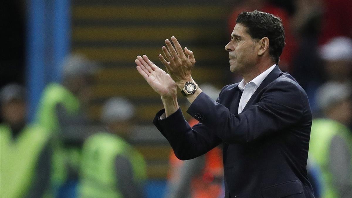 Fernando Hierro, dirigiendo a la selección española.