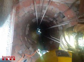 Imagen del pozo de 13 metros de profundidad donde quedó el hombre atrapado, en una finca de Parets del Vallès.