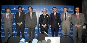 Fotografía del año 2011 con José María Ruiz-Mateos (segundo por la izquierda) junto a cinco de sus hijos.