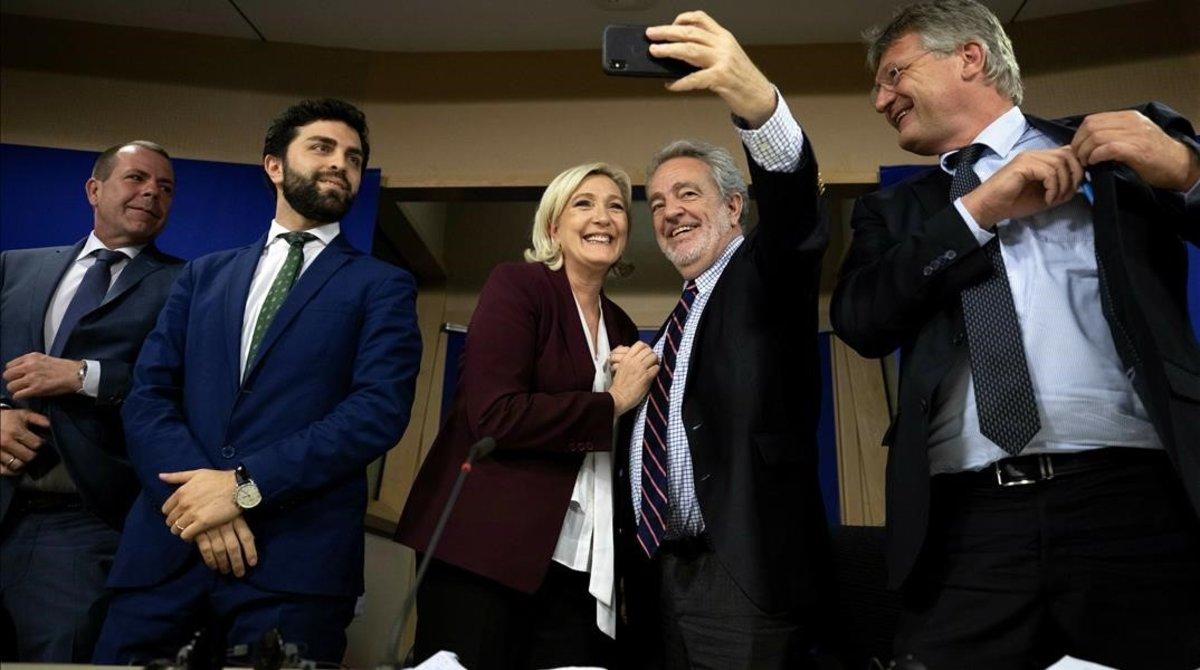 La francesa Marine Le Pen y el belga Gerolf Annemans se hacen un 'selfie' en presencia de otros dirigentes ultras.