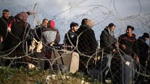 Un grupo de palestinos esperan poder entrar en Egipto por el paso fronteriza de Rafa.