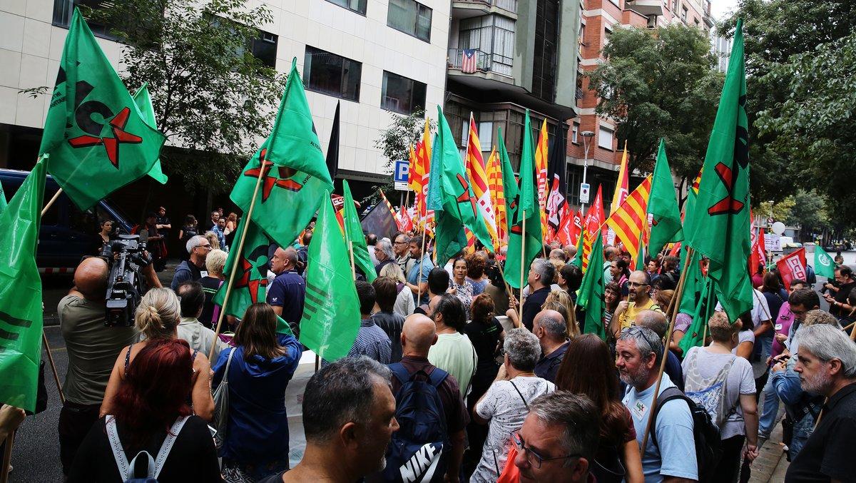 Concentración de delegados sindicales de la IAC frente a la sede del Departament de Treball de la Generalitat.