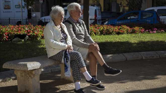 El gasto en pensiones registra en mayo su primer descenso mensual. En la foto, dos personas mayores, en Valencia.
