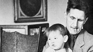 George Orwell, con su hijo Richard.