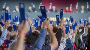La gran mayoría de los compromisarios y la directiva al completo votan para retirar las medallas a Franco.