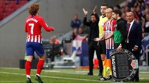 Griezmann se marcha del campo durante el partido Atlético-Celta.